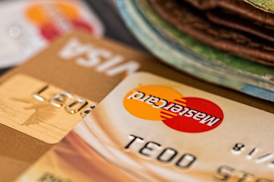 Karty kredytowe, jak oszczędzać a nie wpadać w długi?