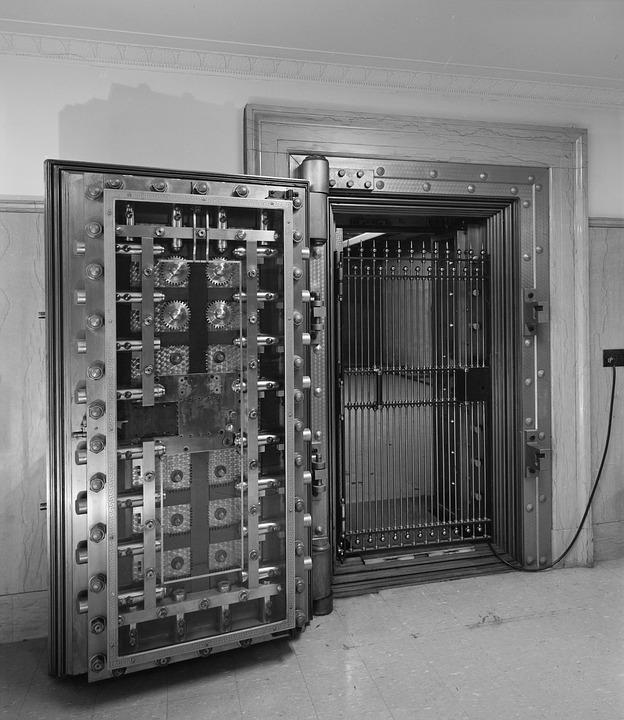 Sejf lub szafa pancerna — nieodłączny element wyposażenia biura
