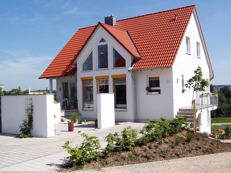 Blachodachówka: czy warto ją wybrać na poszycie dachu?